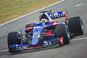 Carlos Sainz bei Filmaufnahmen mit dem neuen Toro Rosso