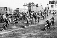 Start zum 'Pokal der Kalikumpel' 1979 in Teutschenthal. Helmut Schadenberg (#1), Heinz Hoppe #6 und Manfred Stein #2. Die 400m-Startgerade führte geradlinig auf den ersten Sprung zu. Die Strecke wurde nicht gegrubbert.