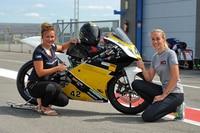 Jessica Langstädtler (li.) mit Stefanie Menzel und der Moto3-Honda