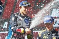 Andreas Mikkelsen feiert seinen Sieg bei der Rallye Australien