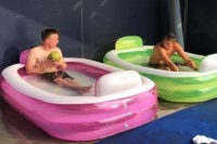 Ein Pool zum Abkühlen: Alex Lowes (li) und sein Yamaha-Teamkollege Michael vd Mark