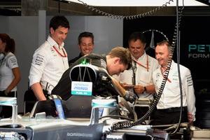 Geniestreich: Die Mercedes-Mechaniker hatten in Spa alle Hände voll zu tun