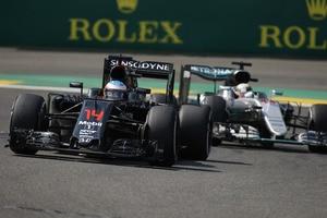 Fernando Alonso vor Lewis Hamilton in Belgien