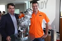 Oktober 2011: Stefan Pierer und Ing. Kurt Trieb präsentieren der 250-ccm-Moto3-Motor