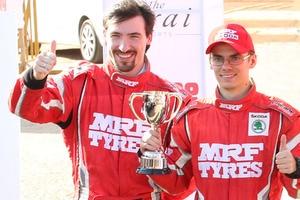 Pokale für APRC-Rang zwei – Fabian Kreim (rechts) und Beifahrer Frank Christian