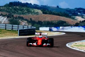 Sebastian Vettel bei der Arbeit mit den 2017er Reifen
