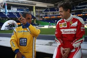 Sebastian Vettel tauscht sich mit Juan Pablo Montoya aus
