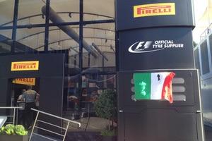 Die italienische Flagge bei Pirelli mit Trauerflor