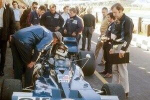 Ken Tyrrell (links) am Wagen von Jackie Stewart