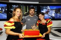 Fernando Alonso in charmanter Begleitung