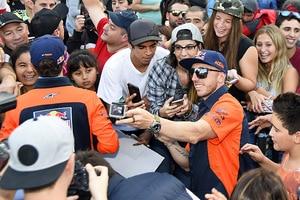 Antonio Cairoli mit Fans in Argentinien