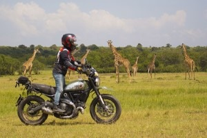 Alicia Sornosa auf ihrer Ducati Scrambler on the Road in Kenya
