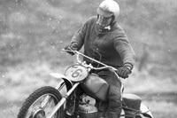 Heinz Hoppe mit der Trainingsmaschine von Paul Friedrichs