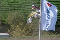 Ken Roczen lässt die Viertakt-Suzuki um den Kurs fliegen