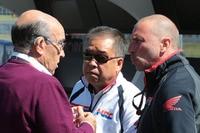Lagebesprechung: Dorna-Chef Ezpeleta, Nakamoto und Suppo