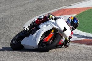 Jonas Folger auf einer Honda CBR 600RR mit Moto2-Rennmotor in Cartagena: Auf einer GP-Piste wäre das nicht erlaubt