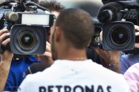 Lewis Hamilton beim TV-Interview