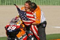 Auslaufrunde in Valencia 2006: Nicky mit Papa Earl Hayden und einem Weinkrampf