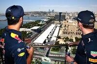 Daniel Ricciardo und Max Verstappen gucken auf die Baku-Strecke hinunter