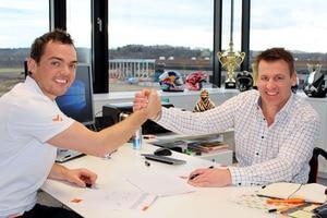 Matthias Walkner (l.) und KTM-Motorsport-Direktor Pit Beirer bei der Vertragsunterzeichnung
