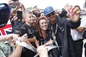 Lewis Hamilton mit Fans in Silverstone