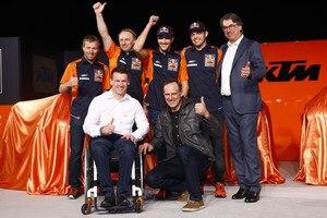 Die Dakar-Mannschaft: Technical Director Stefan Huber, Teamchef Alex Doringer, Sunderland, Walkner und Pierer (hinten). Vorne: Beirer und Kinigadner