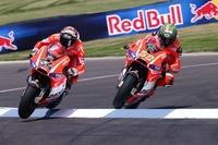 ... Dovizioso (4) und Hayden knattern über den Bordstein in den Notausgang....