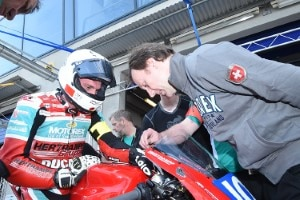 Denis Hertrampf (re.) will mit der Panigale V4R in die Endurance-WM