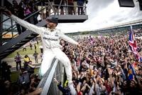 Lewis Hamilton geniesst das Bad in der Menge