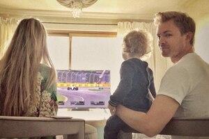 Vivian, Alaia und Nico Rosberg vor dem TV