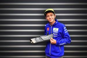 Valentino Rossi mit dem unterschriebenen Akrapovic-Auspuff für die Yamaha YZF-R1