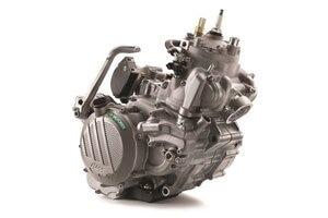 Ausgerüstet mit Benzineinspritzung in die Überströmkanäle und Getrenntschmierung: Zweitaktmotor von KTM