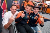 Die KTM-Manager Robert Jonas und Pit Beirer mit Jeff Herlings