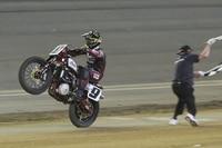 Lange nicht mehr gesehen: Ein Motorrad der Marke Indian quert den Zielstrich als Siegermaschine