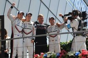 Großer Jubel bei Earl Bamber, Brendon Hartley, Leiter LMP1 Fritz Enzinger und Timo Bernhard (v.li.)