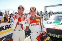 Kelvin van der Linde (li.) und Stefan Wackerbauer siegen beim ADAC GT Masters auf dem Sachsenring