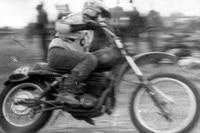 Heinz Hoppe fährt 1981 im Talkessel zum Mannschafts-Sieg. In das ČZ-Fahrgestell ist ein KTM-Motor eingebaut, der beim 'Pokal der Freundschaft' verwendet werden durfte