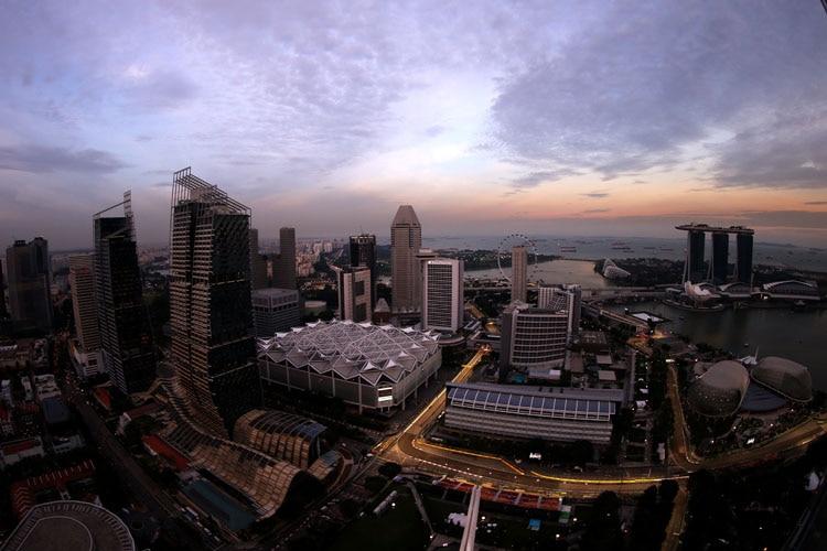 In der Singapur-Hitze Vettel rast auf Pole - Hamilton abgeschlagen