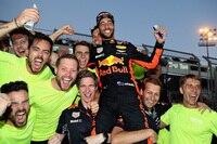 Aserbaidschan-GP-Sieger Daniel Ricciardo mit seinen Jungs