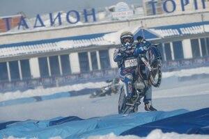 Krasnikov feiert seinen EM-Titel mit einem Wheelie