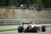 Kimi Räikkönen zischt an den Tifosi vorbei