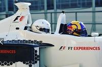 Patrick Friesacher mit einem Gast im Formel-1-Taxi