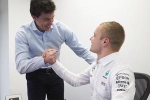 Mercedes-Teamchef Toto Wolff mit Valtteri Bottas