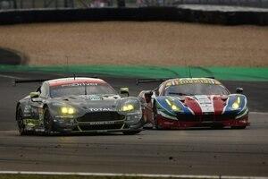 2017 werden wieder enge Duelle erwartet: Wie hier zwischen dem Aston Martin Vantage (li.) und dem Ferrari 488 GTE