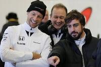 Jenson Button mit Jonathan Neale und Fernando Alonso