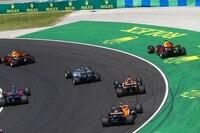 Daniel Ricciardo neben der Bahn, ganz links vorne Verstappen