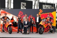 Von links: Bradley Smith, Teammanager Mike Leitner, Red Bull Motorsport Sponsorship-Manager Thomas Überall, Motorsport-Direktor Pit Beirer, Testfahrer Mika Kallio, KTM-Vorstand Hubert Trunkenpolz und Pol Espargaró