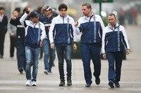 Felipe Massa (ganz links) und Lance Stroll (Zweiter von links) mit Sportchef Nielsen und Technikchef Lowe