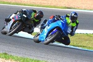 Auf der Rennstrecke von Jerez, beschattet von Pedro Spörri