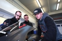 Bradley Smith mit den Technikern des One-Energy-Teams